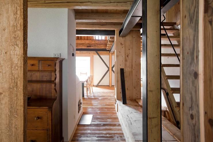 Corridor & hallway by ALDENA, Rustic Wood Wood effect