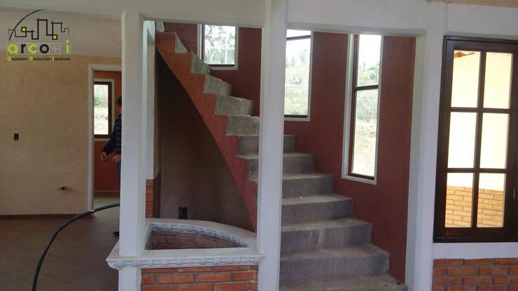 Cabaña de Descanso Pasillos, vestíbulos y escaleras rústicos de ARCO +I Rústico