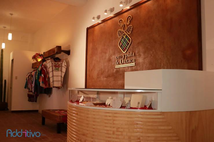Tienda Oro y Plata de Oaxaca: Paredes de estilo  por Additivo al diseño