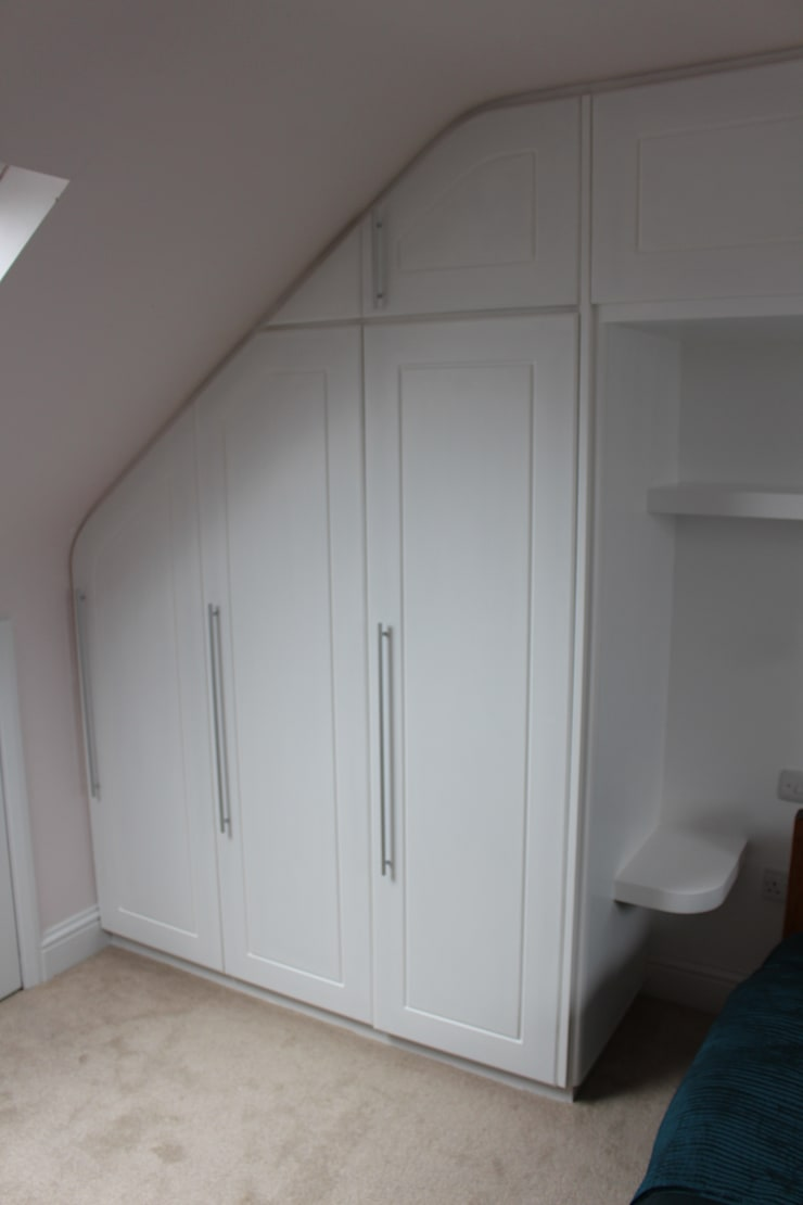 A wall of fitted wardrobes:  Bedroom by TreeSaurus