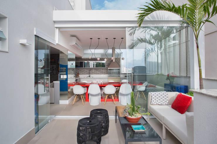 area gourmet com integração com a área externa: Terraços  por Amanda Miranda Arquitetura