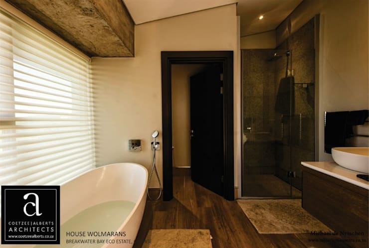 House Wolmarans:  Bathroom by Coetzee Alberts Architects