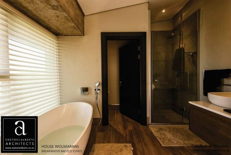 House Wolmarans:  Bathroom by Coetzee Alberts Architects, Modern