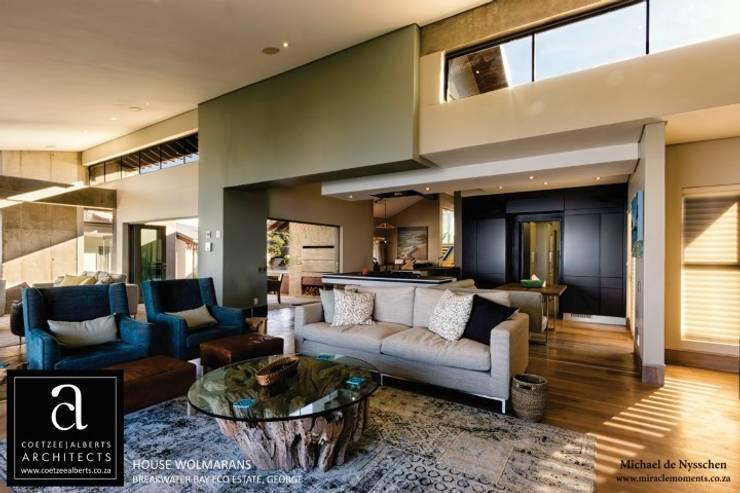 Salas / recibidores de estilo  por Coetzee Alberts Architects