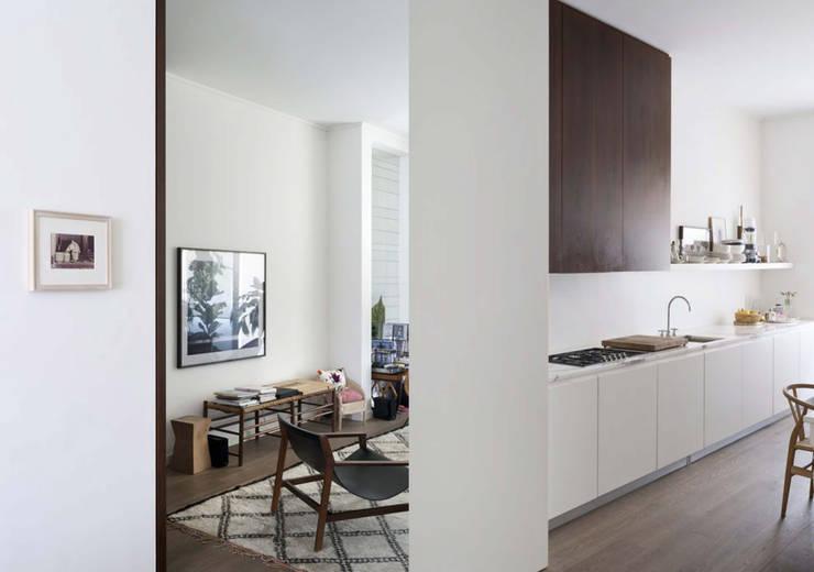 現代廚房設計點子、靈感&圖片 根據 Fabio Azzolina Architetto 現代風