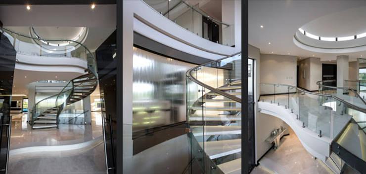 Residence Calaca:  Corridor & hallway by FRANCOIS MARAIS ARCHITECTS, Modern