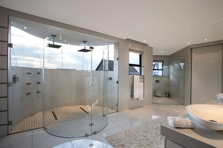 Residence Calaca:  Bathroom by FRANCOIS MARAIS ARCHITECTS
