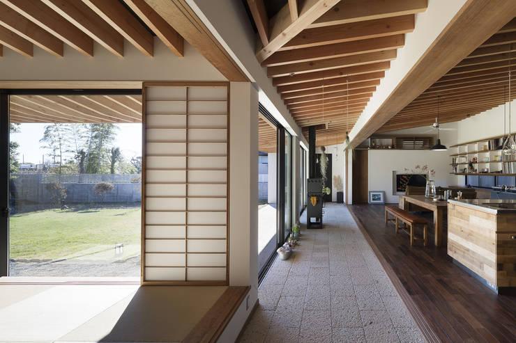 離れのような感覚: 根來宏典建築研究所が手掛けた廊下 & 玄関です。