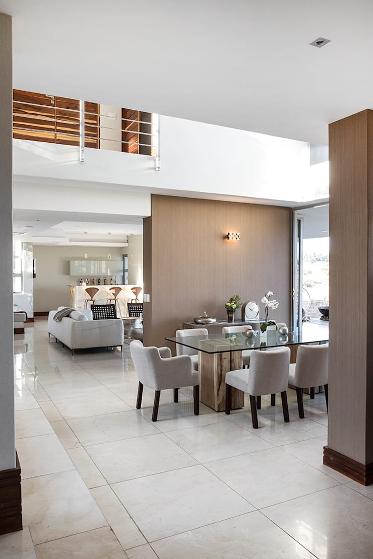 Residence Naidoo:  Dining room by FRANCOIS MARAIS ARCHITECTS