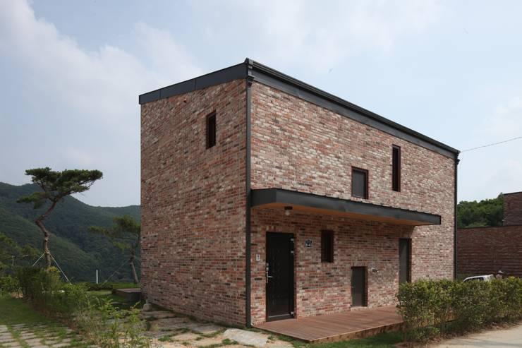 용천리 주택: 위드하임의  주택