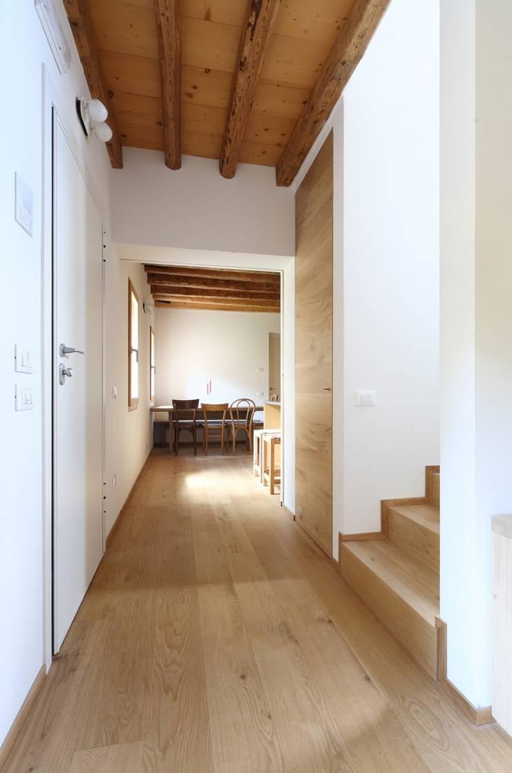 Minimalist corridor, hallway & stairs by ALDENA Minimalist
