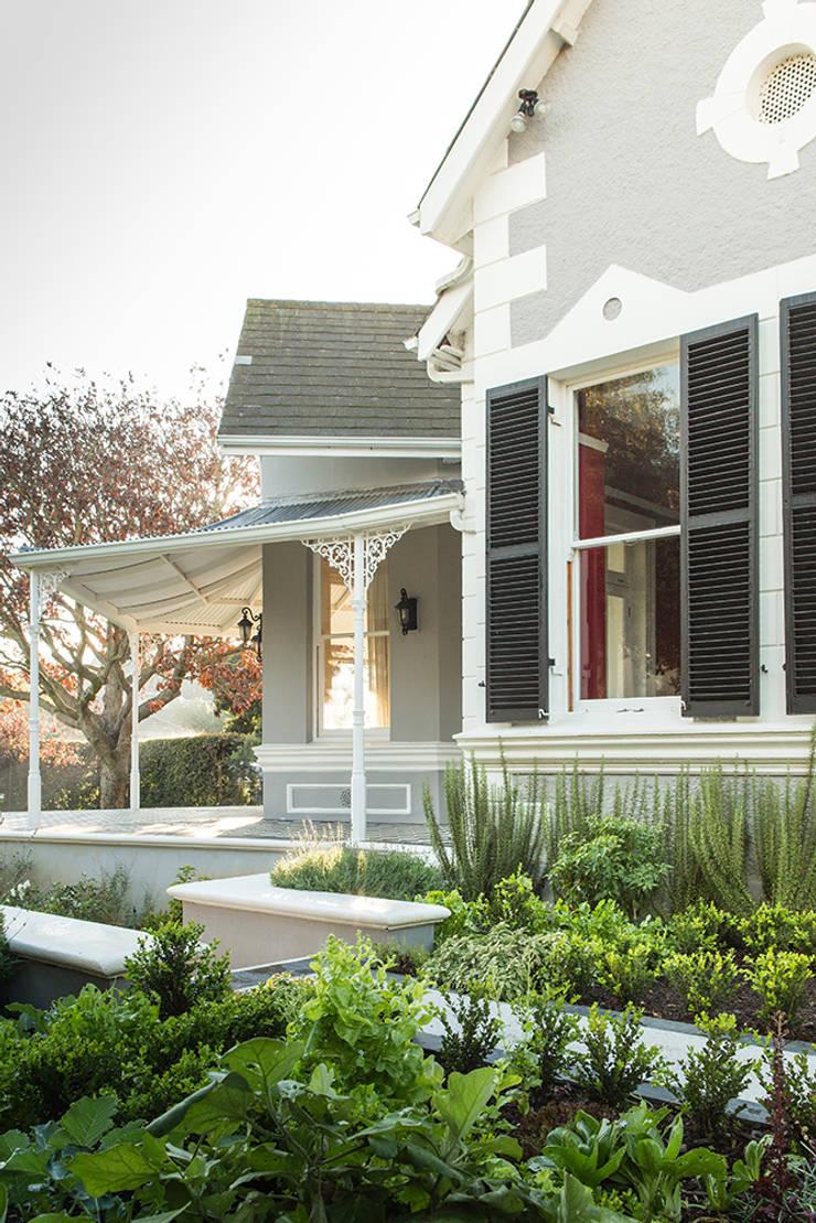 Victorian Villa Herb garden:  Garden by Red Daffodil