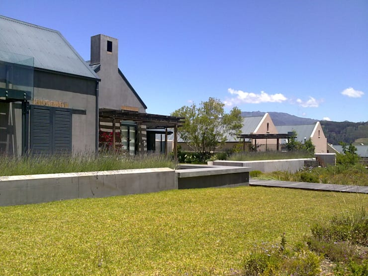 Modern Farmhouse in Franschhoek:  Garden by Red Daffodil