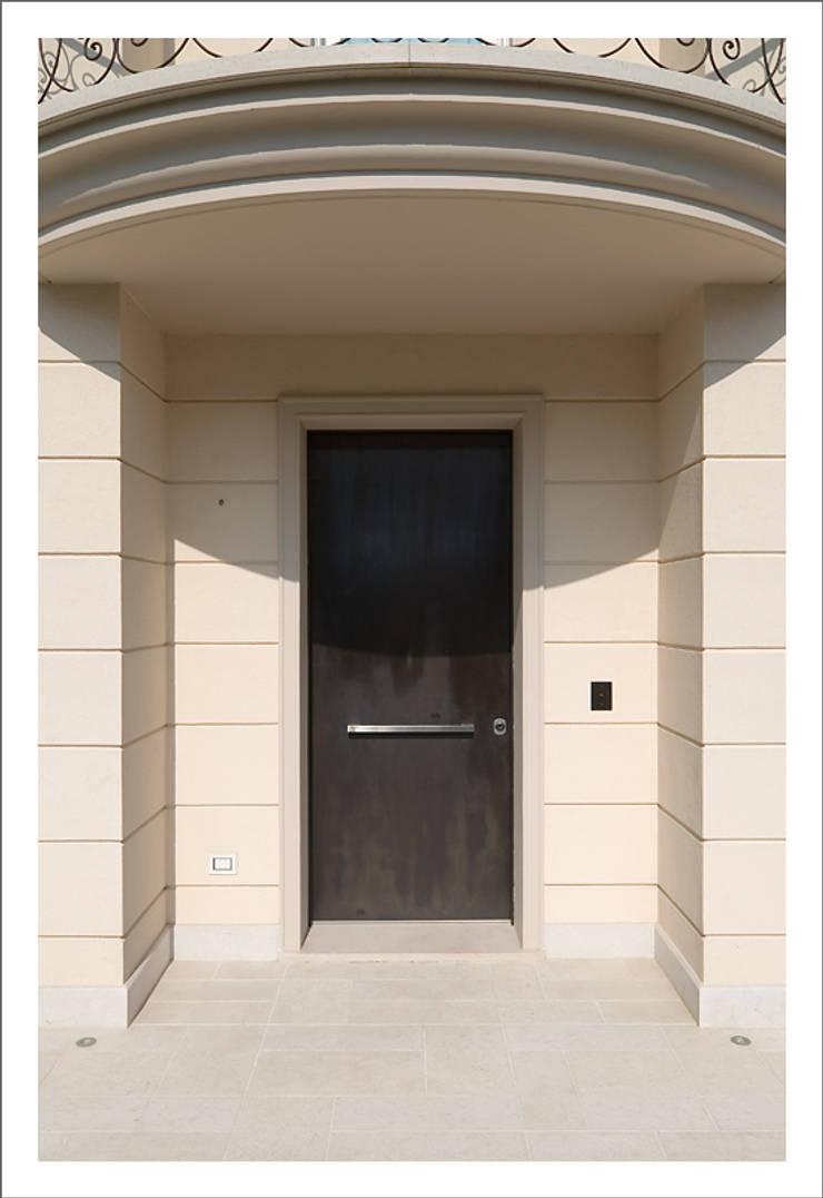 Puertas y ventanas de estilo moderno de ALDENA Moderno