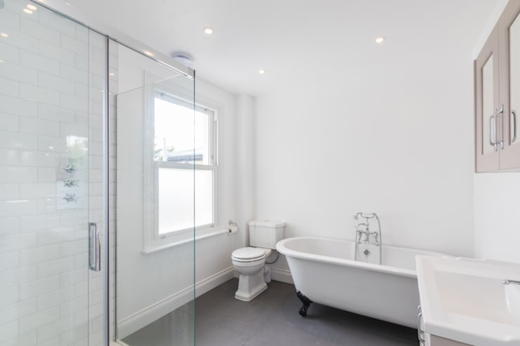 New Home Before Wedding. Wimbledon, SW19:  Bathroom by TOTUS