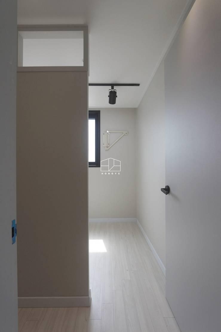 모던한 느낌의 23평 인테리어: 홍예디자인의  드레스 룸