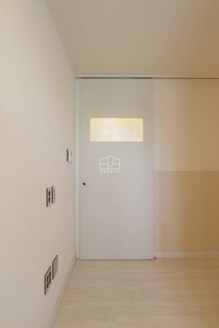 아늑하고 따뜻한 느낌의 25평 빌라 인테리어: 홍예디자인의  창문