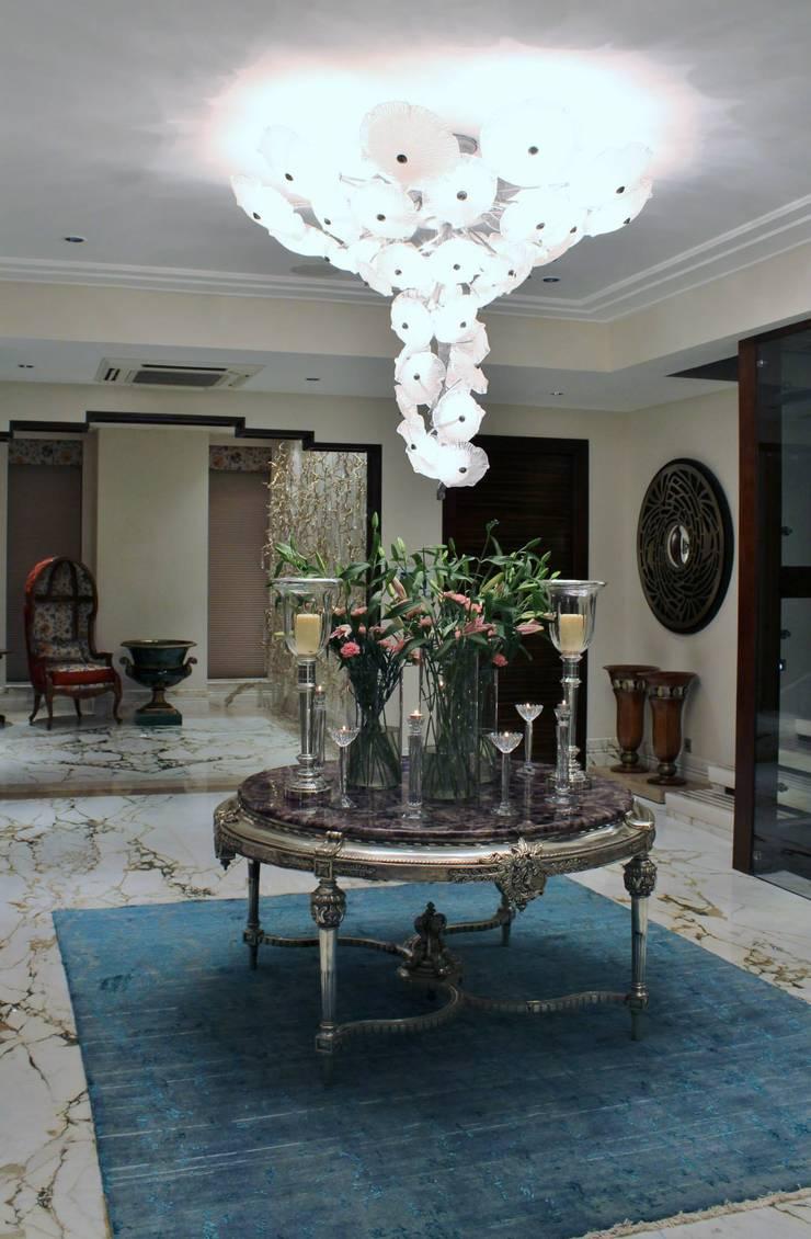 Private House Kolkata: Corredor, hall e escadas  por Serip