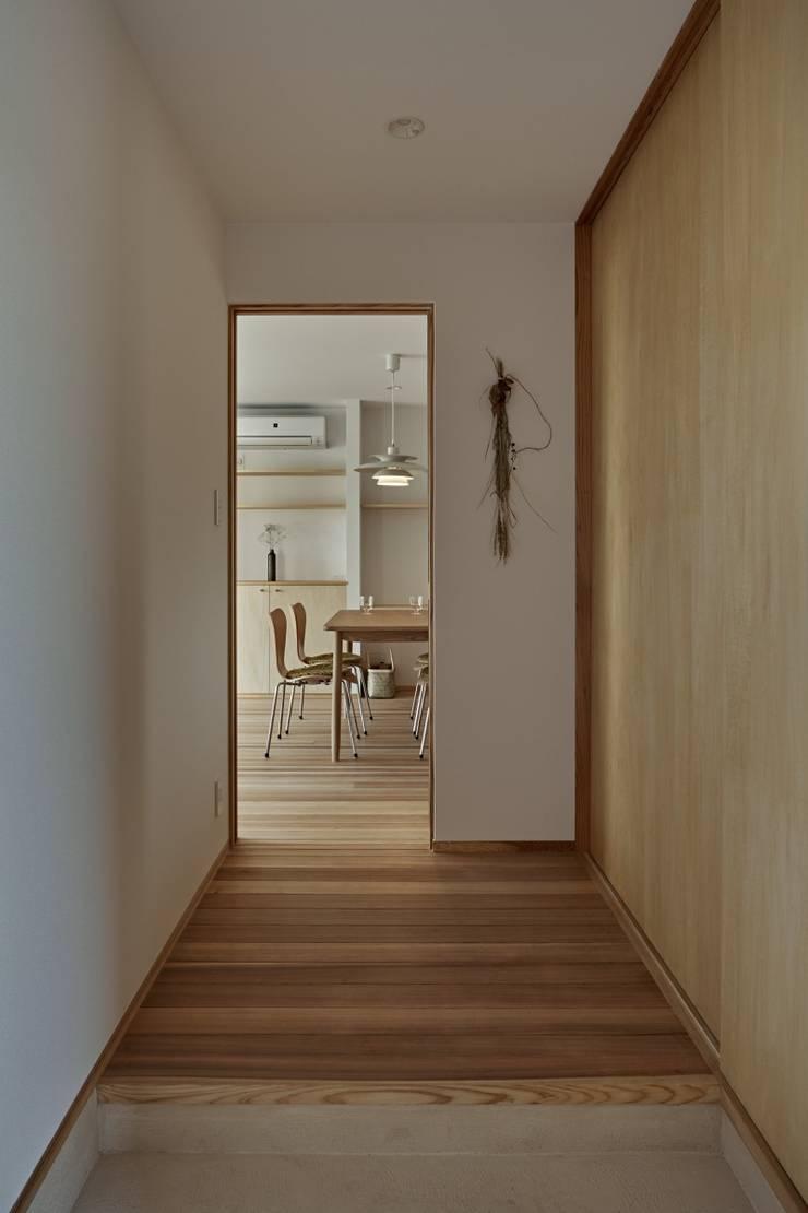 Pasillos, vestíbulos y escaleras de estilo minimalista de toki Architect design office Minimalista