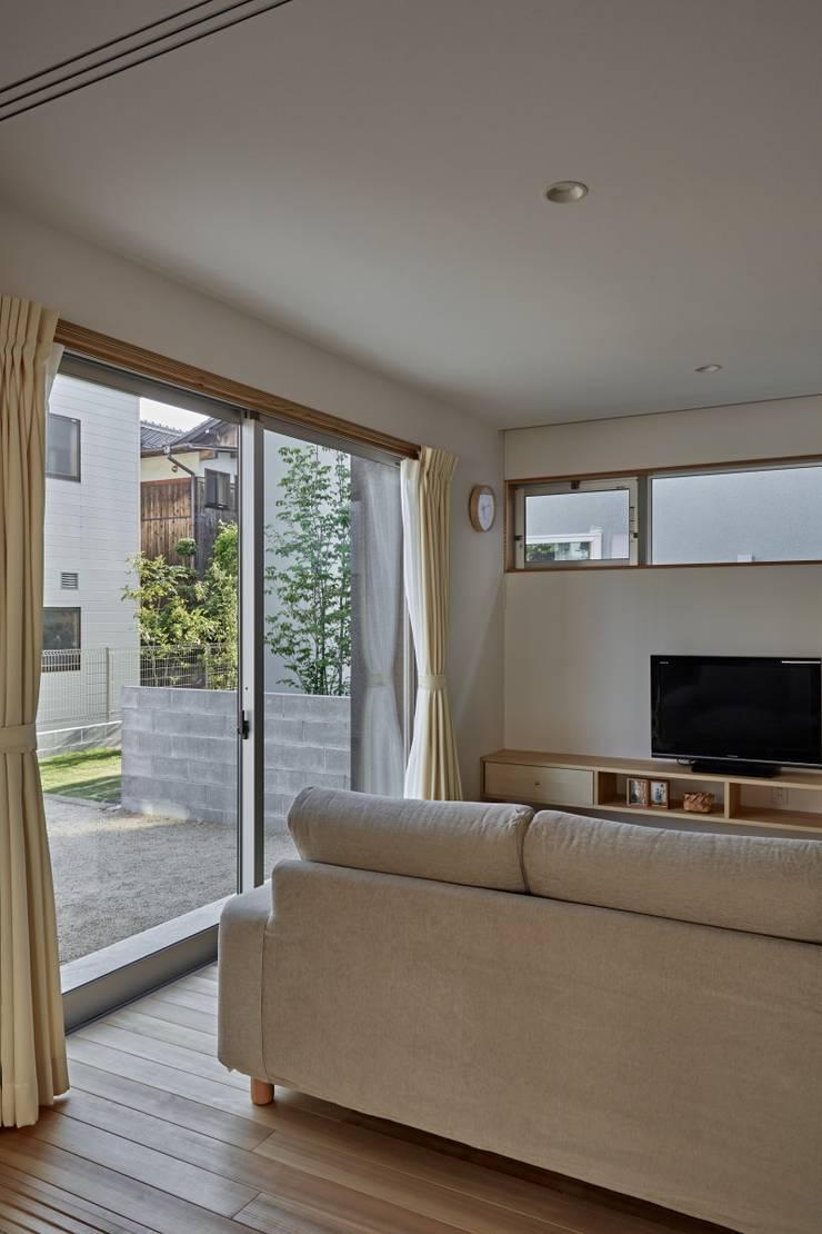 Salones de estilo minimalista de toki Architect design office Minimalista