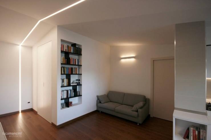 Casa sul lungomare: Soggiorno in stile in stile Moderno di Luca Mancini   Architetto