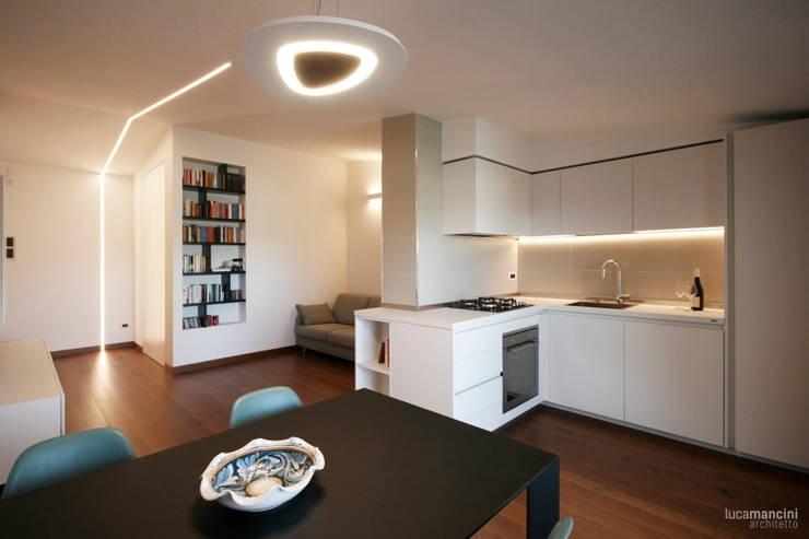 Casa sul lungomare: Cucina in stile in stile Moderno di Luca Mancini   Architetto