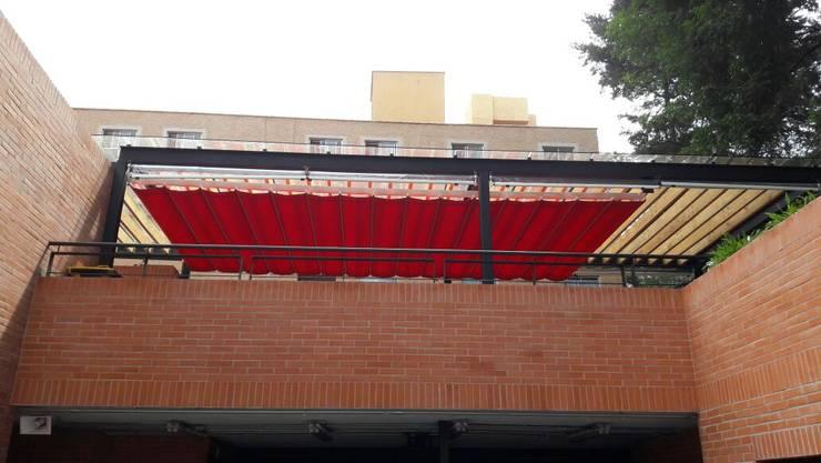 Palilleria ZEN Motorizada entre paredes sobre estructura: Balcones y terrazas de estilo  por GAVIOTA MEXICO