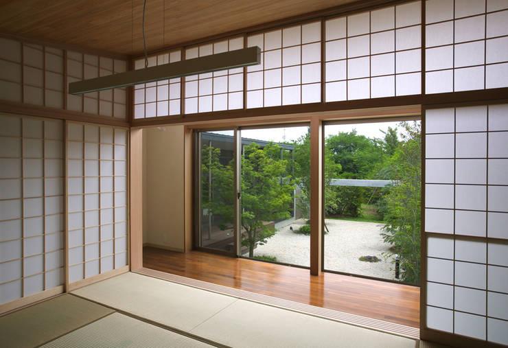 和室: Atelier Squareが手掛けた寝室です。