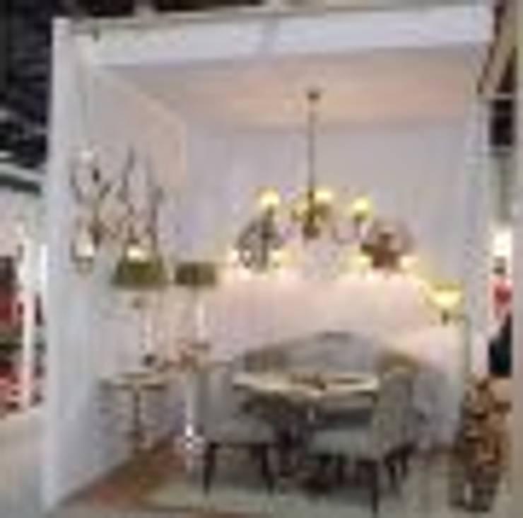 Vivenda: Corredor, hall e escadas  por Art&Design Lighting