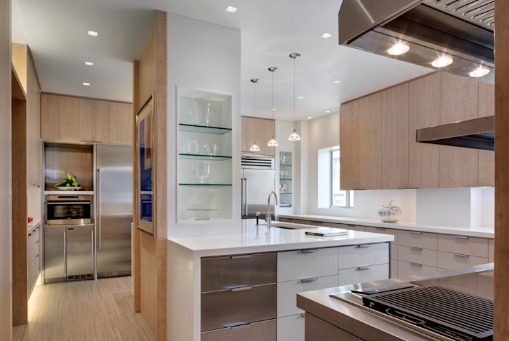 Central Park South Kitchen, New York:  Kitchen by Lilian H. Weinreich Architects