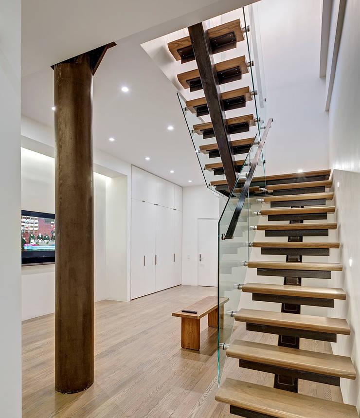 Duplex Floating Stairs:  Corridor & hallway by Lilian H. Weinreich Architects