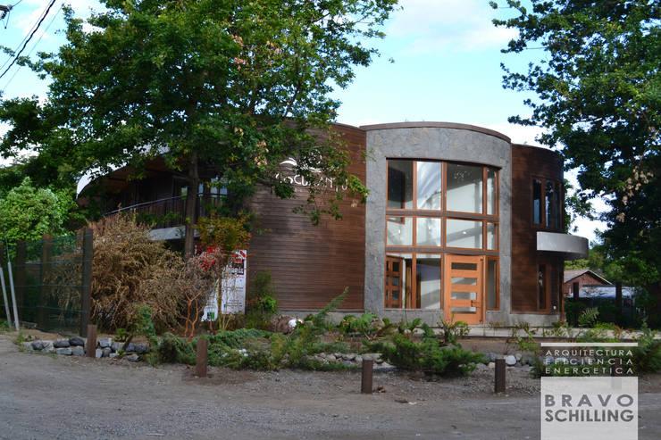 Hotel Boutique Cocurantu Pucón: Estudios y oficinas de estilo  por Bravo Schilling Arquitectura y Eficiencia Energética