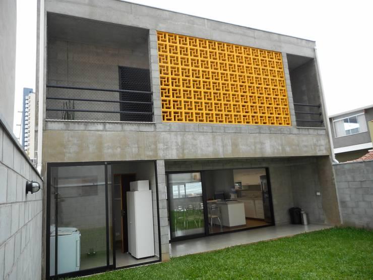 fachada dos fundos: Casas rústicas por Metamorfose Arquitetura e Urbanismo