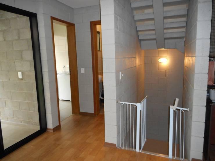 Entrada da sala: Salas de estar rústicas por Metamorfose Arquitetura e Urbanismo