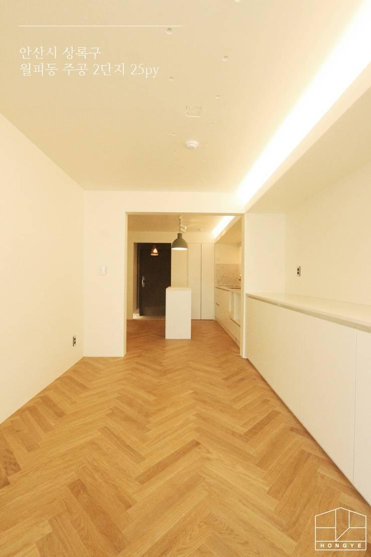 현대적인 유럽풍 느낌의 아파트 25py 인테리어: 홍예디자인의  거실