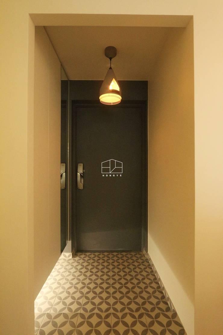 현대적인 유럽풍 느낌의 아파트 25py 인테리어: 홍예디자인의  복도 & 현관