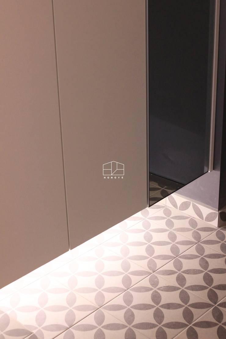 현대적인 유럽풍 느낌의 아파트 25py 인테리어: 홍예디자인의  벽