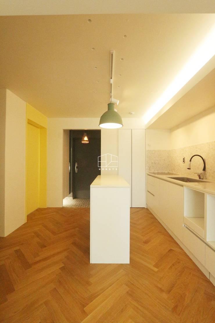 현대적인 유럽풍 느낌의 아파트 25py 인테리어: 홍예디자인의  주방