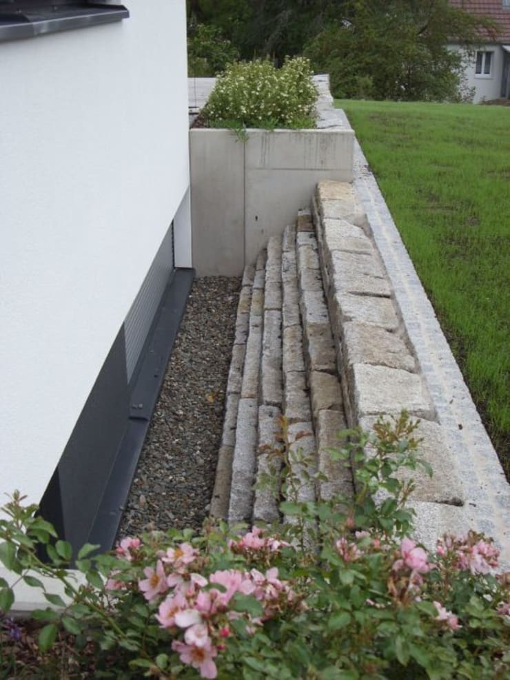 Obwohl das Haus ganz modern ist mit klaren Linien wollten die Auftraggeber einen Garten, der ganz naturhaft sein sollte.:  Garten von KAISER + KAISER - Visionen für Freiräume GbR