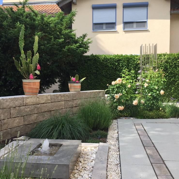 Quellstein an der Terrasse, mit der beschirmenden Mauer aus Muschelkalk:  Garten von KAISER + KAISER - Visionen für Freiräume GbR