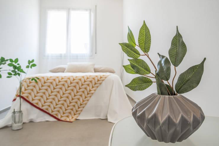 Projekty,  Sypialnia zaprojektowane przez Mirna.C Homestaging