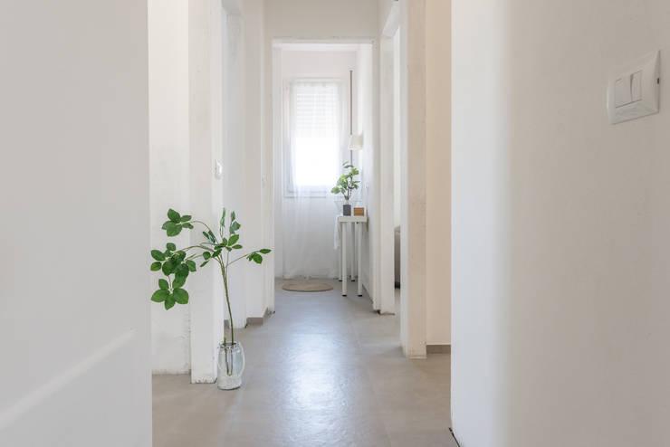 Projekty,  Korytarz, hol i schody zaprojektowane przez Mirna.C Homestaging