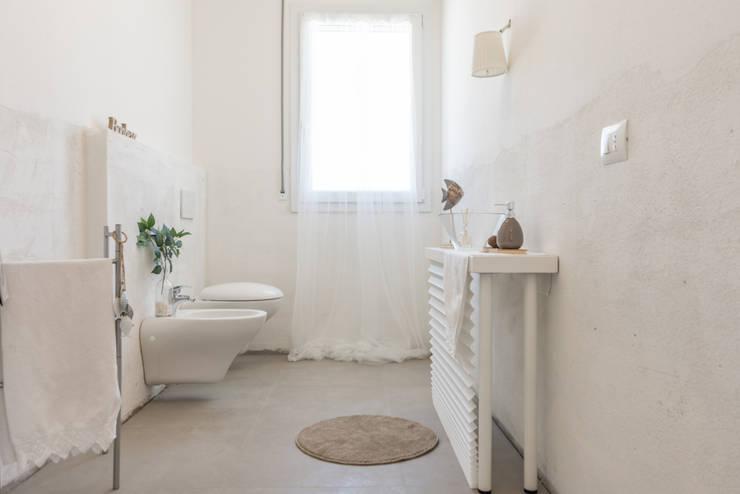 Projekty,  Łazienka zaprojektowane przez Mirna.C Homestaging