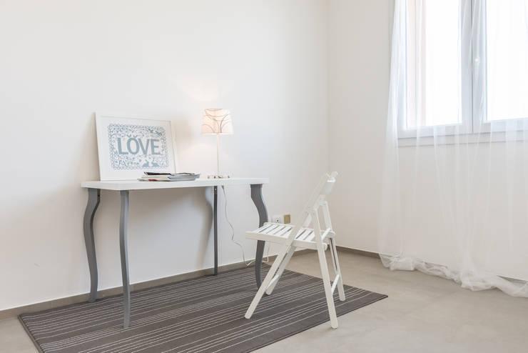 Projekty,  Domowe biuro i gabinet zaprojektowane przez Mirna.C Homestaging