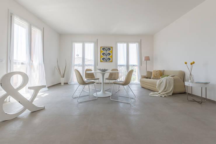 Projekty,  Salon zaprojektowane przez Mirna.C Homestaging