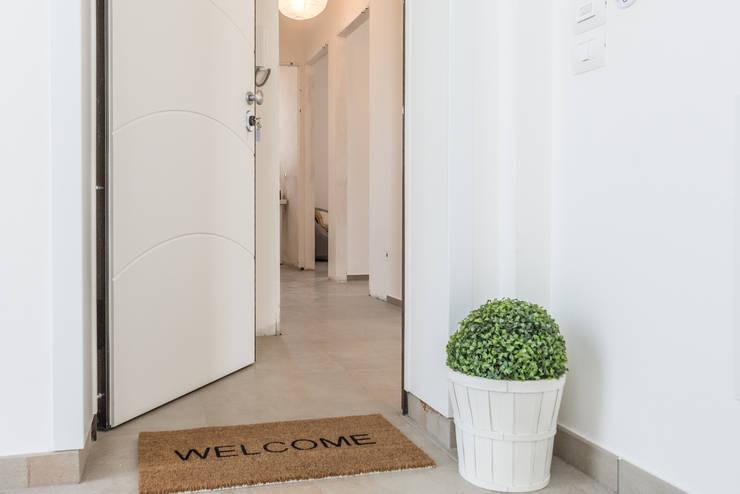 Corridor, hallway & stairs تنفيذ Mirna.C Homestaging