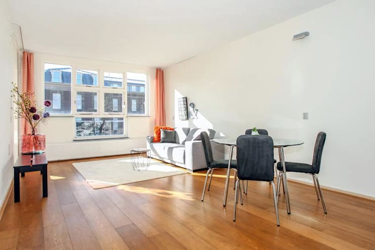 Na: Lichte woon/eetkamer met veel ruimte: moderne Woonkamer door Levenssfeer