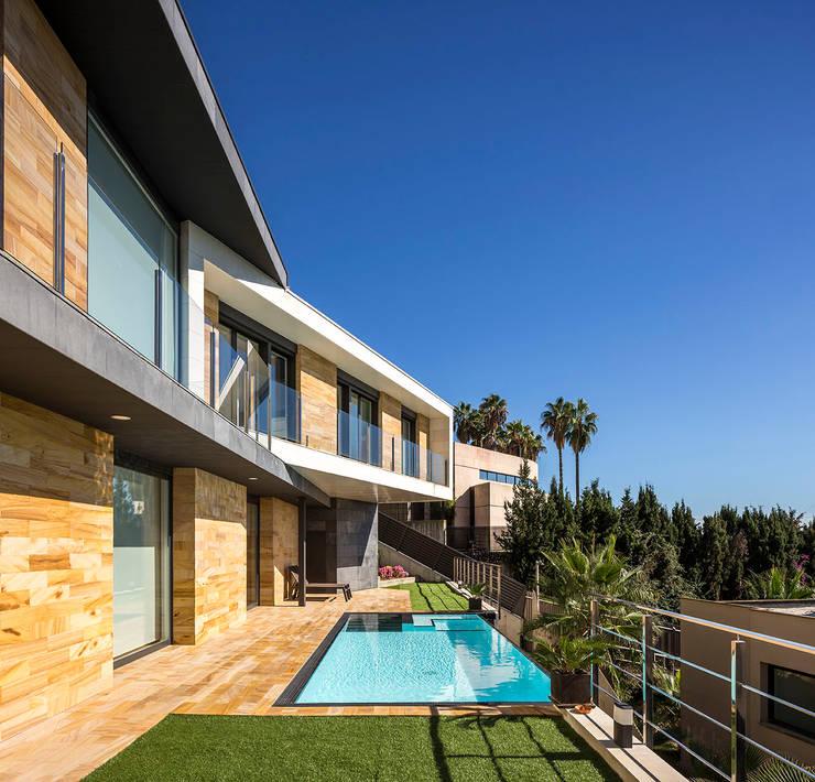 Exterior terrace โดย 08023 Architects โมเดิร์น