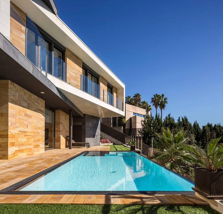 Exterior pool โดย 08023 Architects โมเดิร์น