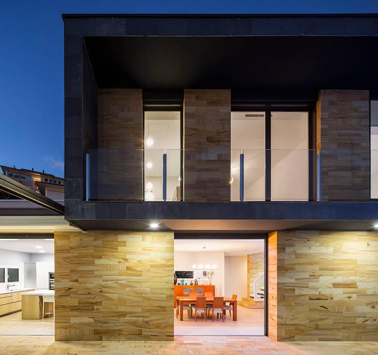 Windows and light โดย 08023 Architects โมเดิร์น